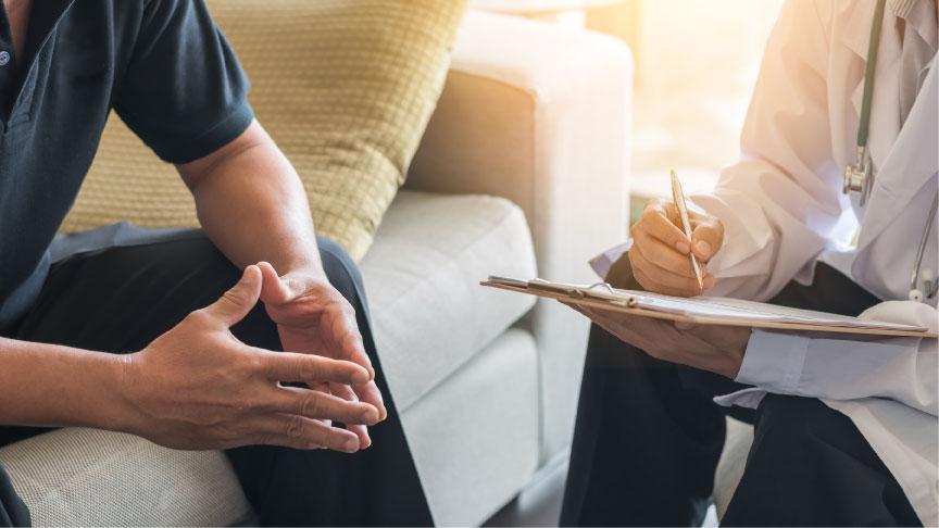 Mann sitzt beim Psychologen auf der Couch